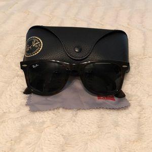 Ray Ban sunglasses: Wayfarer style